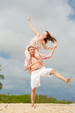 plażowej pary szczęśliwy odprowadzenie utrzymać równowagi Fotografia Stock