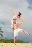 plażowej pary szczęśliwy odprowadzenie utrzymać równowagi Obraz Stock