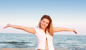 plażowej pięknej damy relaksujący potomstwa Obrazy Stock