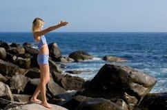 plażowej pięknej dziewczyny relaksujący skalisty morze Zdjęcie Royalty Free