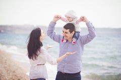 plażowej rodzinnej zabawy szczęśliwy mieć Zdjęcia Royalty Free