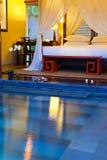 Plażowi łóżka dla odpoczynku przy basenem Zdjęcia Stock