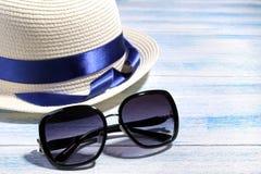 Plażowi akcesoria okulary przeciwsłoneczni i lato kapelusz na błękitnym drewnianym tle zdjęcie stock