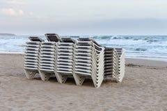 Plażowi bryczka hole brogujący z rzędu na plaży Zdjęcie Stock