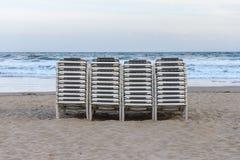 Plażowi bryczka hole brogujący z rzędu na plaży Obrazy Stock