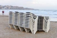 Plażowi bryczka hole brogujący z rzędu na plaży Zdjęcia Stock