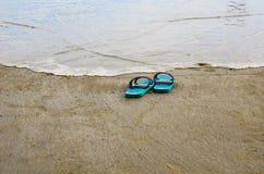 Plażowi kapcie na piaskowatej plaży Zdjęcie Royalty Free