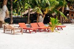 Plażowi krzesła, drzewka palmowe i piękny biały piasek, wyrzucać na brzeg w tropikalnej wyspie Zdjęcie Stock