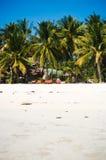 Plażowi krzesła, drzewka palmowe i piękny biały piasek, wyrzucać na brzeg w tropikalnej wyspie Zdjęcia Stock