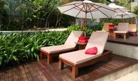 Plażowi krzesła i biały parasol Zdjęcie Royalty Free