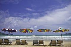 Plażowi krzesła i kolorowy parasol na plaży przy Phuket Thaila Zdjęcia Royalty Free