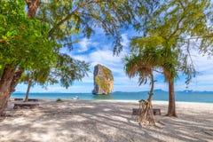 Plażowi krzesła i palmy na pięknej plaży dla wakacji i relaksu przy Poda wyspą, Tajlandia fotografia stock