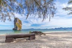 Plażowi krzesła i palmy na pięknej plaży dla wakacji i relaksu przy Poda wyspą, Tajlandia obraz royalty free