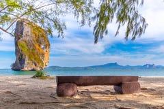 Plażowi krzesła i palmy na pięknej plaży dla wakacji i relaksu przy Poda wyspą, Tajlandia zdjęcie royalty free
