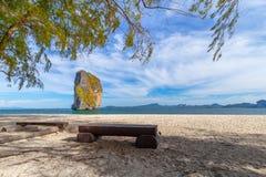 Plażowi krzesła i palmy na pięknej plaży dla wakacji i relaksu przy Poda wyspą, Tajlandia zdjęcia stock
