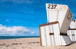 Plażowi krzesła na wyspie Sylt, Holstein, Niemcy Obraz Stock