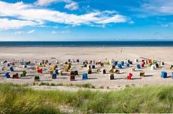 Plażowi krzesła przy wyspą Juist w Niemcy Zdjęcia Royalty Free