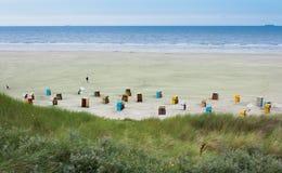 Plażowi krzesła przy wyspą Juist w Niemcy Fotografia Royalty Free