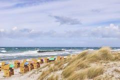 Plażowi krzesła z diunami przy Wustrow Zdjęcie Stock