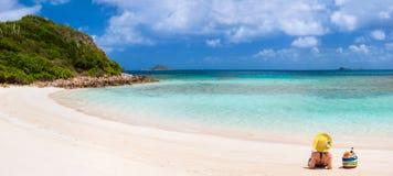 plażowi młodych kobiet odprężona Zdjęcia Royalty Free