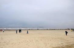 Plażowi odwiedzający przy dennym widoku corniche Arabskim Dennym Karachi Pakistan Zdjęcia Royalty Free