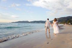 plażowi par młodych obraz royalty free