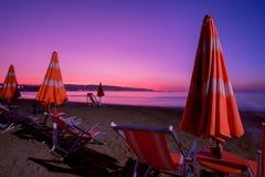 Plażowi parasole i bryczki longue zdjęcie stock