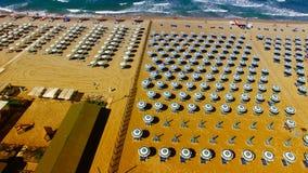 Plażowi parasole i krzesła na plaży Powietrzny ptasiego oka widok Obraz Stock