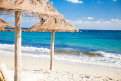 Plażowi Parasols w Corsica obraz stock