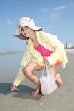 plażowi przyglądający seashells Obraz Royalty Free