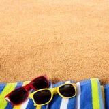 Plażowi rabatowi piasek kopii przestrzeni tła okulary przeciwsłoneczni obciosują format Fotografia Stock