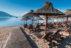 Plażowi recliners i udostępnienia w Budva, Montenegro Zdjęcie Stock