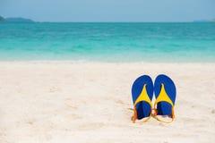 Plażowi sandały na dennym wybrzeżu, lata pojęcia wakacje piaskowatych, i Obrazy Royalty Free