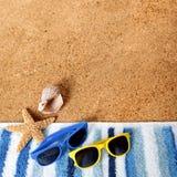 Plażowi tło granicy okulary przeciwsłoneczni, ręcznik, rozgwiazda, seashell formata piaska kopii kwadratowa przestrzeń Obraz Royalty Free
