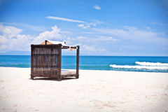 Plażowy łóżko na tropikalnej plaży Fotografia Royalty Free