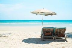 Plażowy łóżko z parasolem na białej piasek plaży Fotografia Royalty Free