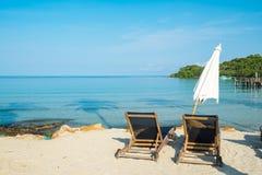 Plażowy łóżko z parasolem na białej piasek plaży Zdjęcie Royalty Free