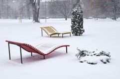 Plażowy śnieg zakrywający ławka opad śniegu fotografia royalty free