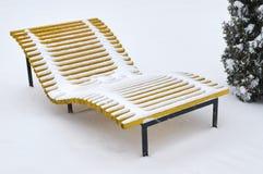 Plażowy śnieg zakrywający ławka opad śniegu obrazy stock