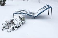 Plażowy śnieg zakrywający ławka opad śniegu zdjęcia royalty free