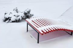 Plażowy śnieg zakrywający ławka opad śniegu fotografia stock