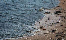 Plażowy środowiska zanieczyszczenie Nafciane plamy na plaży Nafciany przeciek morze Brudzi wodę w oceanie zanieczyszczenie zielon obraz royalty free