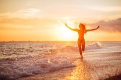 plażowy beztroski pojęcie target235_1_ zdrowej żywej zmierzchu wakacje żywotności kobiety fotografia royalty free