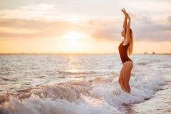 plażowy beztroski pojęcie target235_1_ zdrowej żywej zmierzchu wakacje żywotności kobiety obraz royalty free