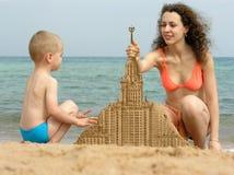 plażowy budowy budynku matki piaska syn zdjęcie royalty free