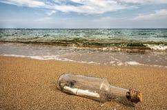 plażowy butelki wiadomości piasek Zdjęcia Stock