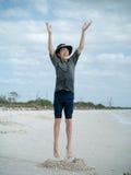 plażowy chłopiec radości doskakiwanie Obrazy Royalty Free