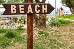 Plażowy dostęp z drewnianym plażowym pointerem, znakiem/ obraz stock