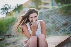 plażowy dzień dziewczyny szkło jeden nalewa obsiadaniu uśmiechniętego lato pogodną stołową wodę Zdjęcie Royalty Free