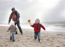 plażowy dzieci ojca bawić się zdjęcie stock